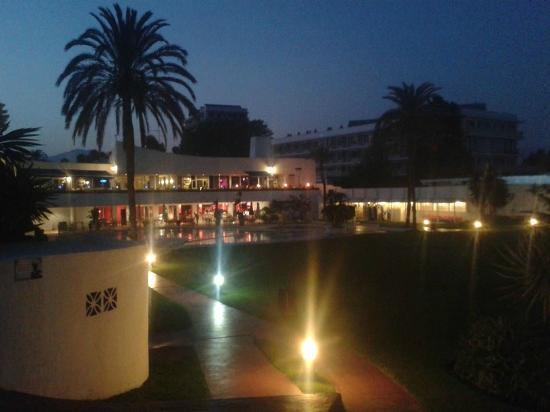 Macdonald Villacana Club Resort: Piscina e Restaurante á noite