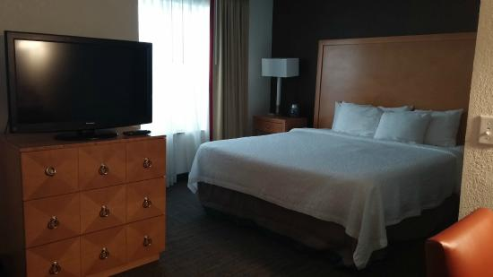 Residence Inn Mt. Laurel at Bishop's Gate: TV and bedroom are