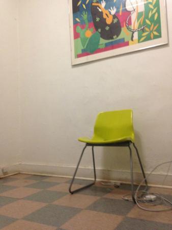 Fit Hotel : Dirty floors, broken chair