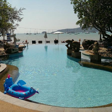 Ao Chalong Villa & Spa: Swimming pool with views to the sea. When tide is low, you can walk quite in!