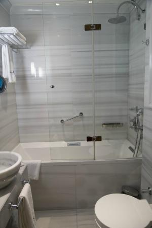 Celine Hotel: 清潔感のあるバスルーム
