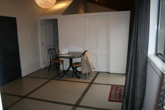 Lake Karapiro Lodge: This is all there is in this area - a small table and two chairs  _ it was like a 1 star motel r