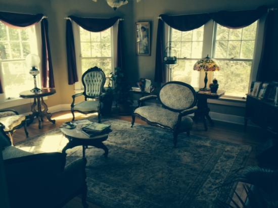 إن أون مين ستريت بد آند بركفاست: Photo of front living room at the Inn on Main Street, Weaverville, NC