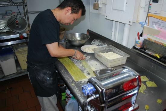 Trattoria Divina : Chef Lee fixing the spinach ravioli