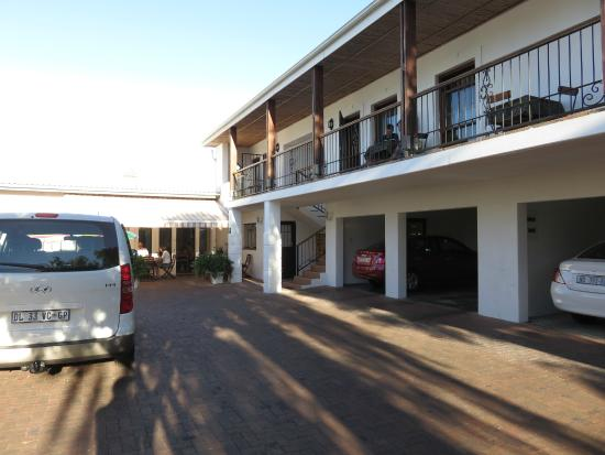 Fynbos Villa Guest House: Rooms and parking to the back of the property
