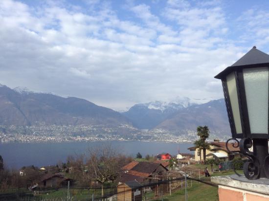 Piazzogna, Suisse : vista dal Gambarogno su Locarno e Ascona e diga di Verzasca