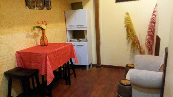 Casa Hospedaje Hatun Quilla: PEQUEÑA SALA Y COMEDOR EN LA HABITACION