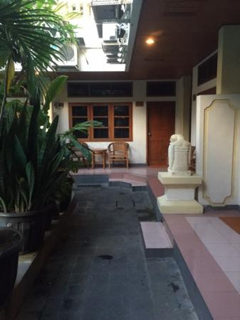 Rosani Hotel : walkway to rooms