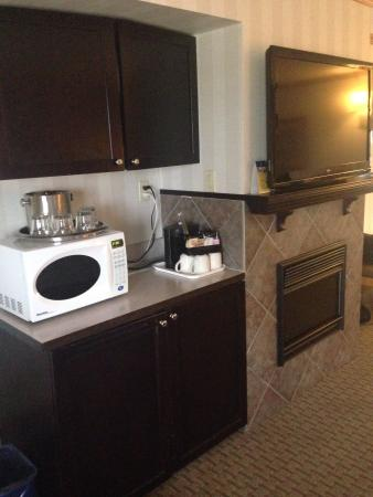 BEST WESTERN PLUS Port O' Call Hotel: Fridge, Microwave, TV and fireplace in the family room
