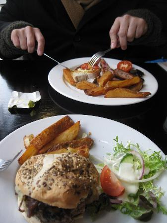 The Blue Parrot Bar and Grille: Burger & Breakfast