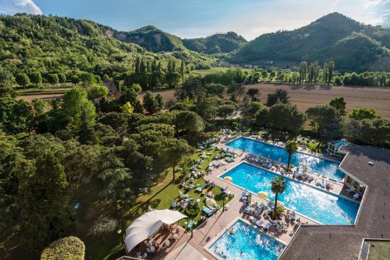 Vista piscine colli euganei foto di apollo hotel terme - Hotel preistoriche montegrotto prezzi piscine ...