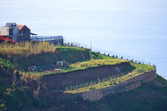 Faja da Ovelha, โปรตุเกส: la maison et le terrain vue de la colline d'en face