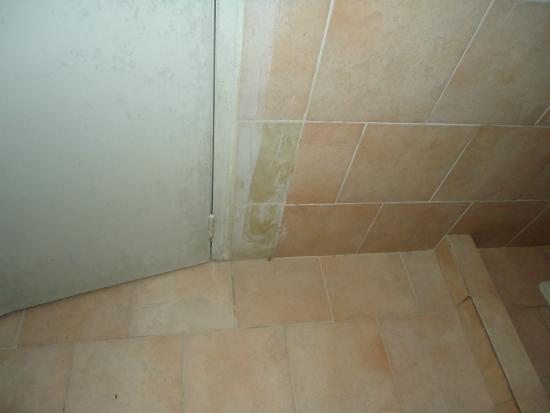Puertas De Baño Guarenas:Portofino Hotel: puerta del baño fea y mal pintada