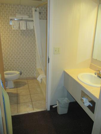 Howard Johnson Hotel South Portland: bathroom area