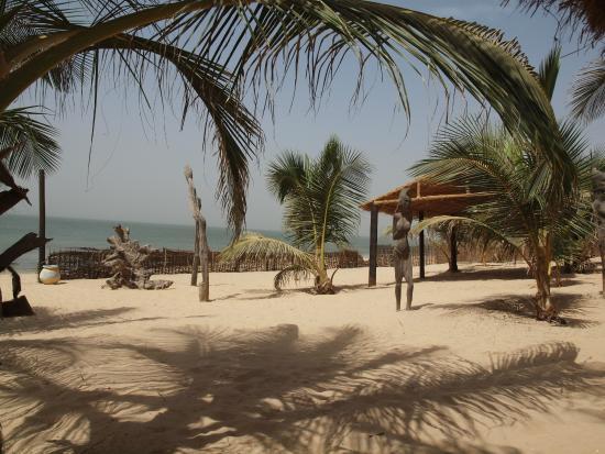 Le Mbaila Hotel : Vue des paillotes, sur la mer