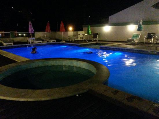 Piscina de d a sala de juegos piscina de noche y vista for Sala de estar noche