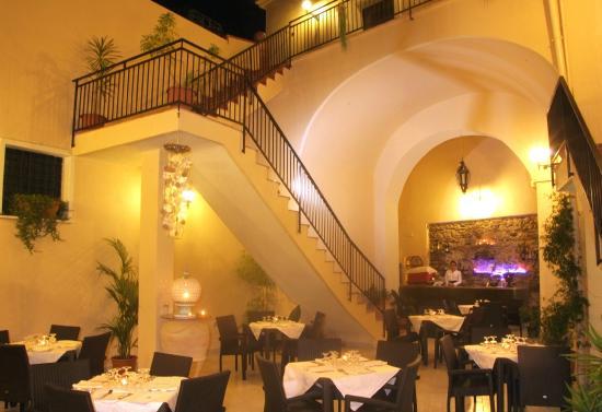 Hotel Castello dei Principi: corte interna