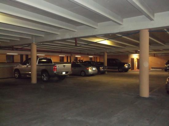 La Playa Resorts & Suites: Stationnement semi intérieur