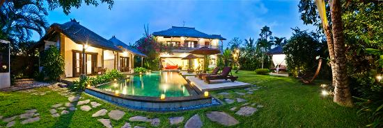 Villa Blubambu: Evening view of the property.