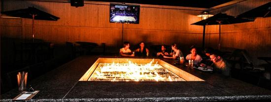 Telly's Restaurant & Pizza: outdoor fire