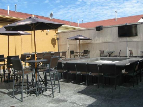 Telly's Restaurant & Pizza: patio