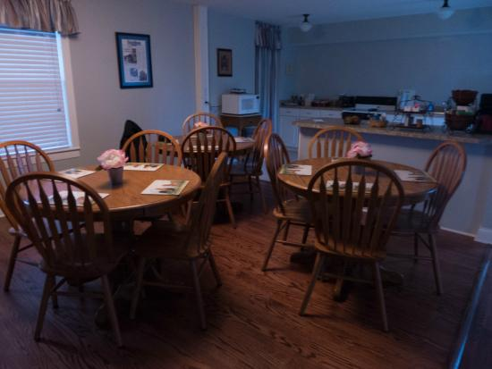 Nickelsville, VA: The breakfast room and full kitchen.