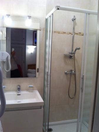 Hotel Le Magenta : Salle de bain petite mais pratique