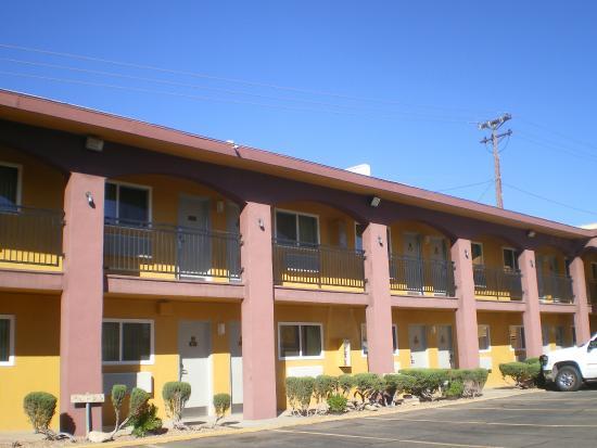 Knights Inn Downtown Albuquerque: Hotel est joli de par ces couleurs