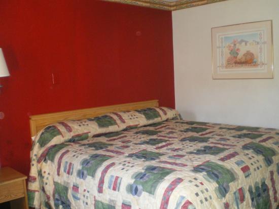 Knights Inn Downtown Albuquerque : la chambre avait un lit confortable ,micro-onde cafetière,frigo
