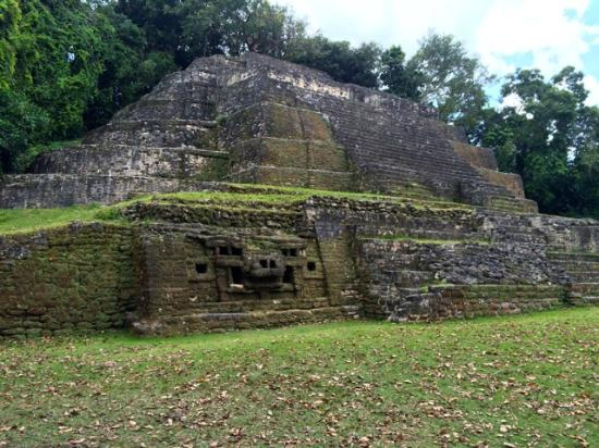 Lamanai mayan ruins