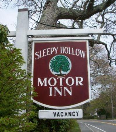 Sleepy Hollow Motor Inn : Sign from the village side
