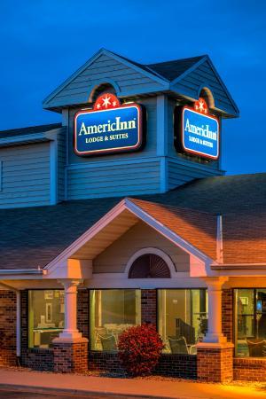 AmericInn Lodge & Suites Peoria: Exterior evening