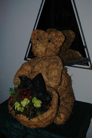 Pension Austria Kaprun : Такой соломенный медвежонок сидел рядом с моим номером