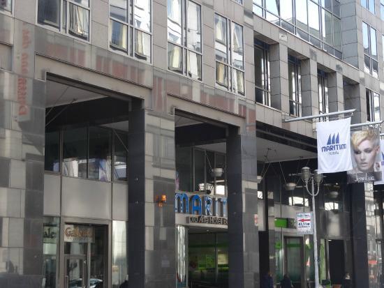 Maritim proArte Hotel Berlin: Hoteleingang Dorotheenstraße