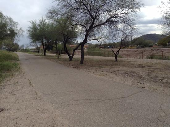 Country Inn & Suites By Carlson, Tucson City Center: Bike/run trail directly behind hotel.