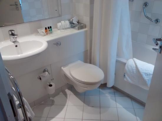 Holiday Inn Basingstoke: Excellent Bathroom with Power Shower