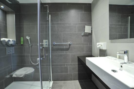XO Hotels Park West: Bath Room With Rain Shower And Floor Heating