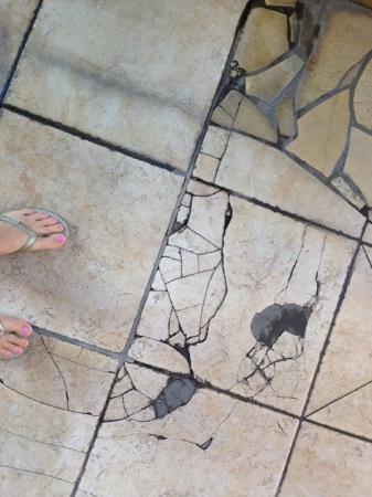 Atrium Hotel at Orange County Airport: Cracked tile around the pool!