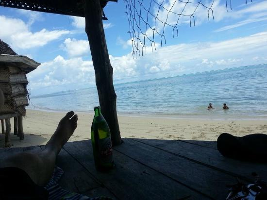 Joelan Beach Fales: Relaxing with a cold Vailima and keeping an eye on the boys...