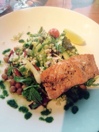 Scott's Bar & Restaurant: Salmon and chickpea salad