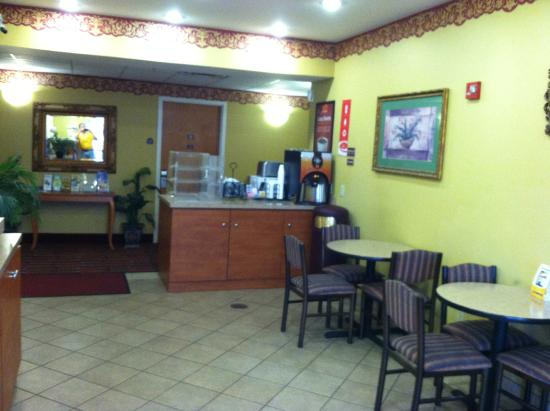 Econo Lodge Airport: Continental breakfast in the lobby. Good coffee 24 hrs !