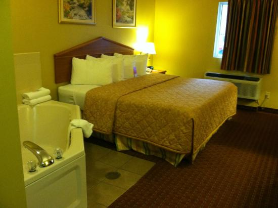 Econo Lodge Airport: King jacuzzi room