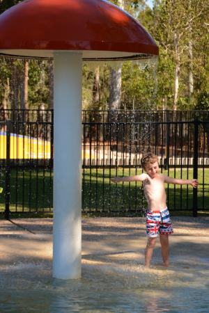 Ingenia Holidays Noosa: Children's paddling pool and play area