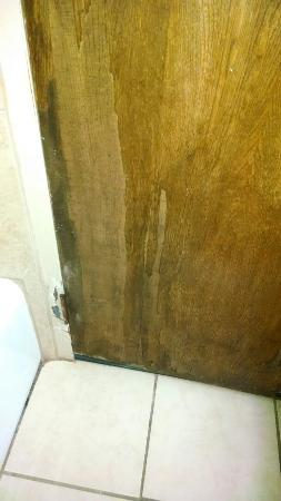 Biltmore Hotel Oklahoma: Cigarette burns, bugs, old wood bathroom doors