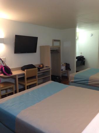 Bells, TN: 2 queen bed room