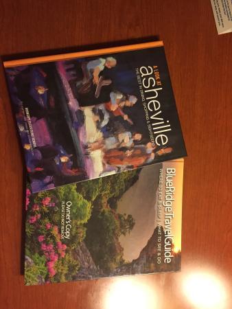 Days Inn Asheville West: Infobücher lagen im Zimmer bereit