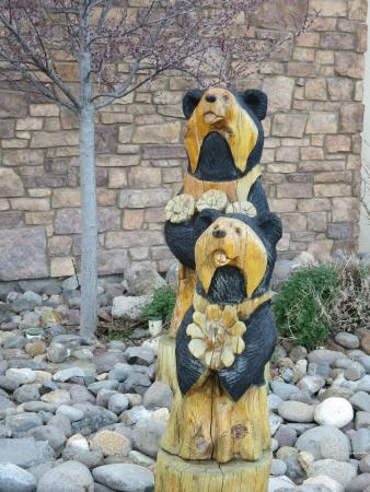 Black Bear Diner: wooden bears