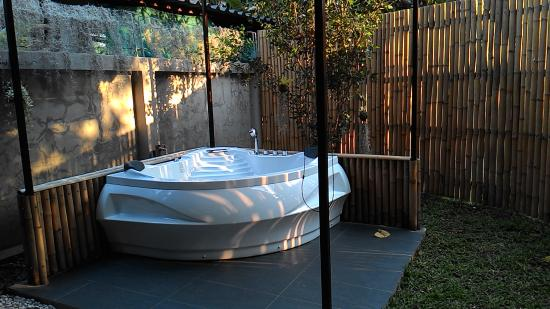 Swiss Lanna Lodge: Outdoor Jacuzzi Hot Tub