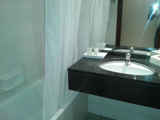 Pestana Rovuma: Banheiro com toiletries