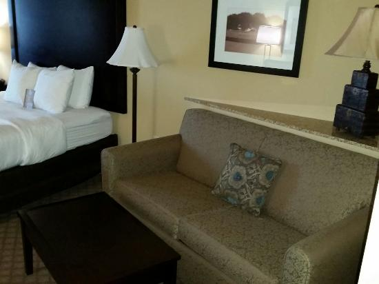 Comfort Suites Frisco: Dark dark room with yellow paint and tiny pillows